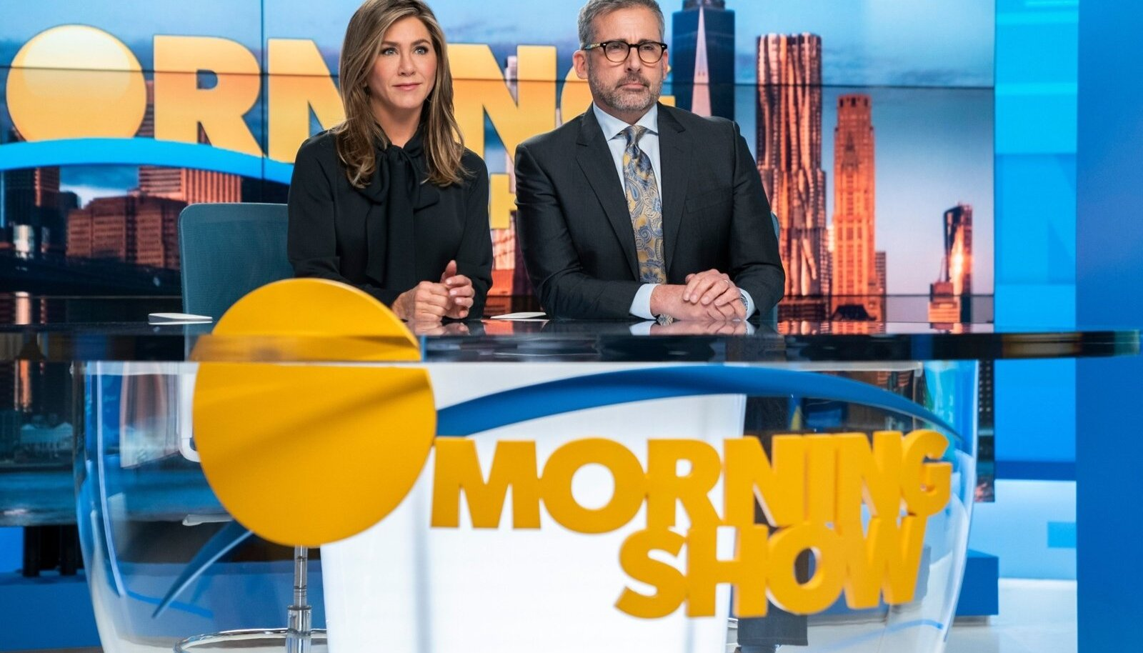 """TERE HOMMIKUST, AMEERIKA!: Telesaatejuhid Alex Levy (Jennifer Aniston) ja Mitch Kessler (Steve Carell) on 15 aastat koos oma kaasmaalasi äratanud, kuni ühel päeval vallanduv seksiskandaal jätab Levy """"The Morning Show'sse"""" üksi."""