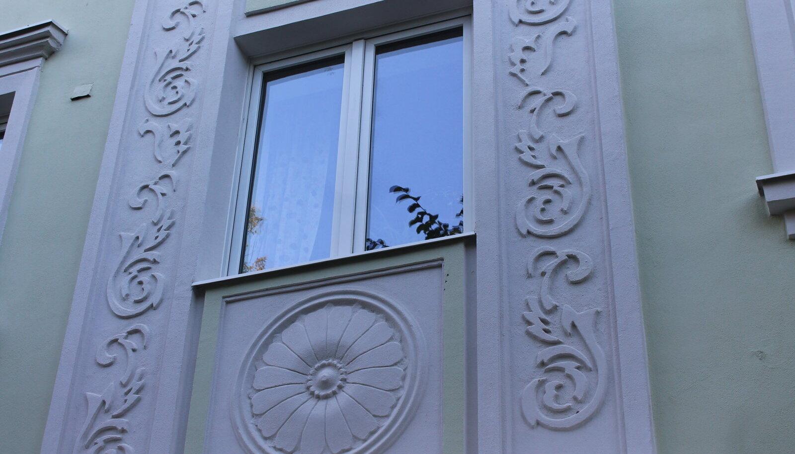 Uusklassikalise hoone detailid Lasnamäel