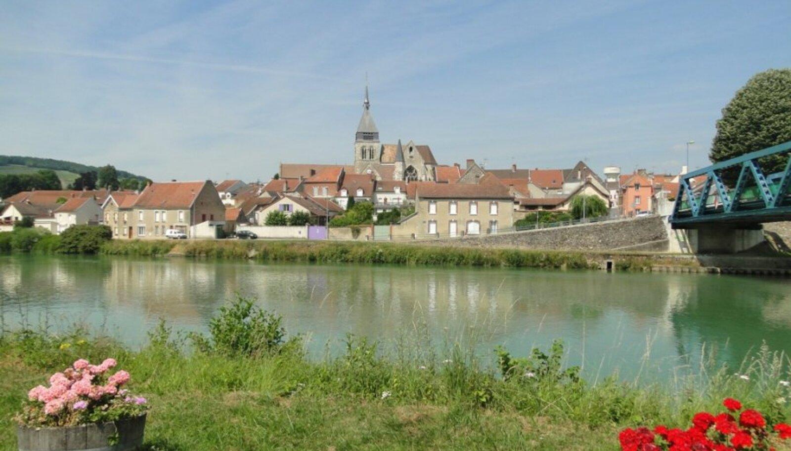 Idülliline väikelinn Marne'i jõe ääres.