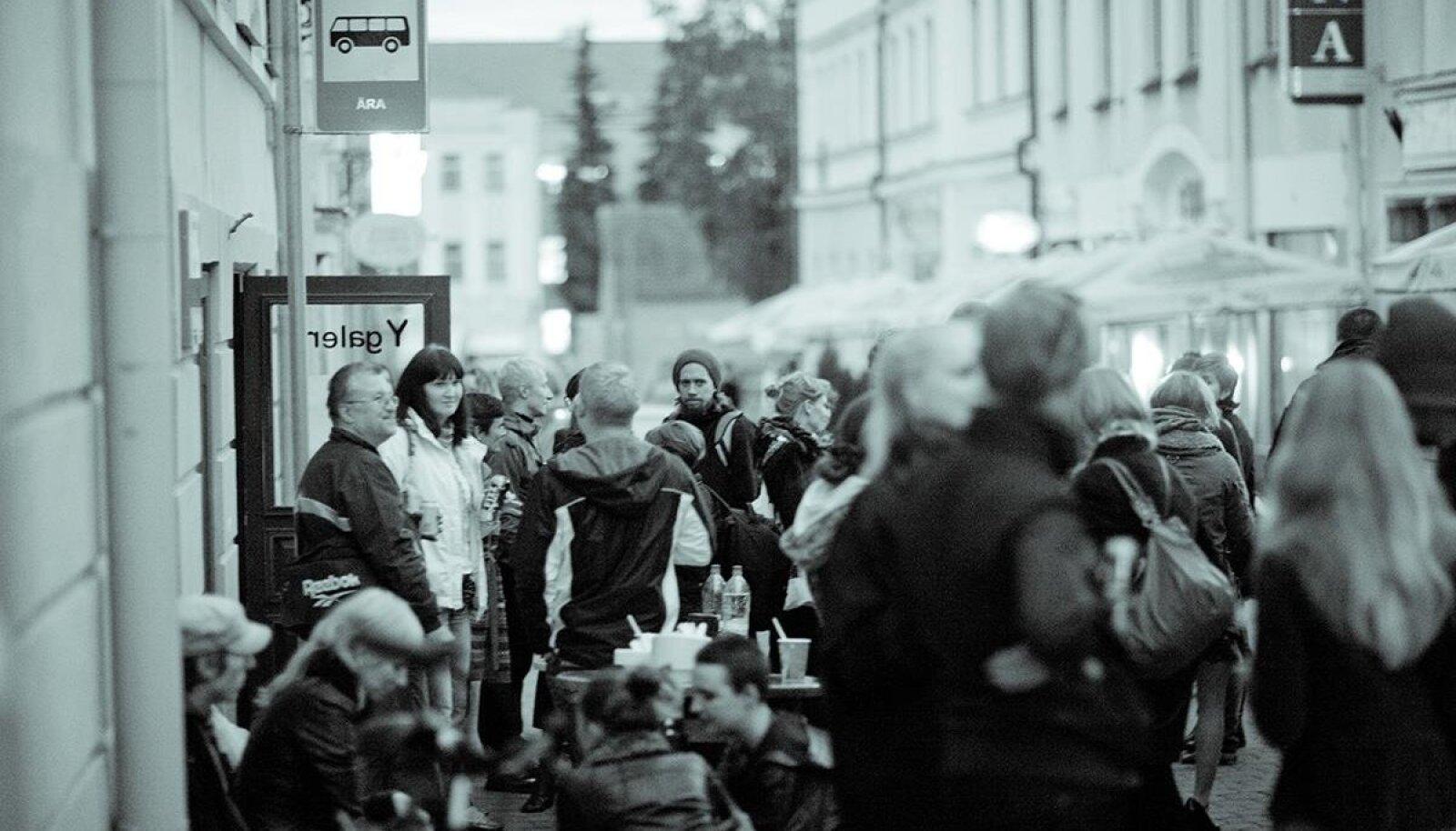 """GALERII, MIDA ENAM POLE: KUKU NUNNU: Näituse """"Tartust ära"""" avamine kaasaegse kunsti festivali ART IST KUKU NU UT raames 2011. aasta sügisel Y-galeriis."""