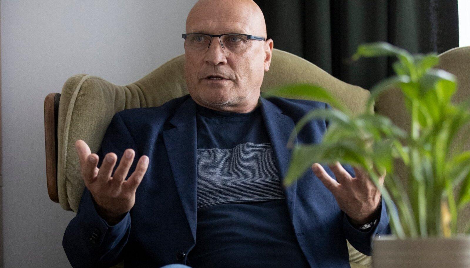 """""""Järjest hakkas tekkima karjääripoliitikuid, kes tegelikult võitlevad oma koha ja positsiooni eest, tehes oma nelja aasta plaane ja Rakvere hakkas tahaplaanile jääma. See teeb päris Rakvere patrioodile haiget,"""" ütles Eesti 200 linnapeakandidaat Rainer Miltop."""