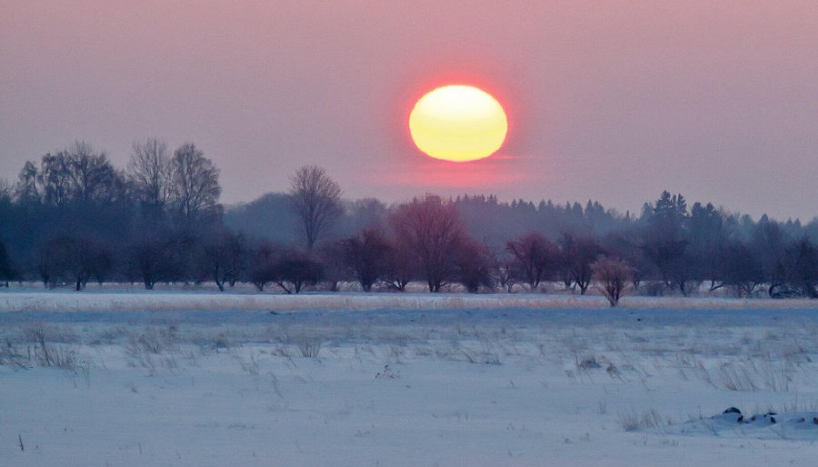 Käreda külmaga on kõik teisiti kui muidu, hästi reedavad külmakraadide hulka värvid taevalaotuses.