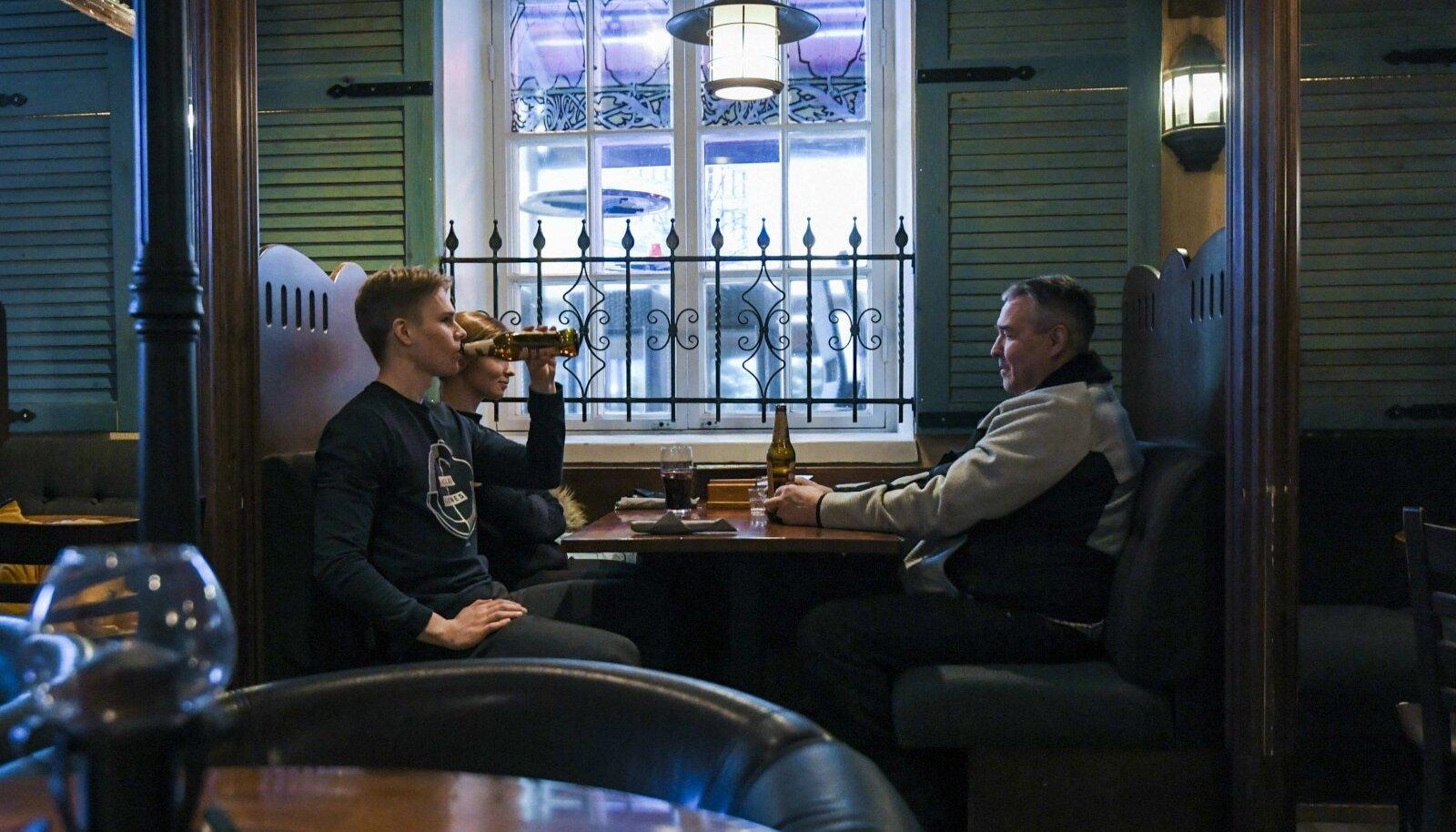 BUSINESS AS USUAL: Soome mehed 7. märtsil Helsingi kõrtsis õlut mekkimas. Järgmisel päeval algas Soomes kolm nädalat kestev lockdown.