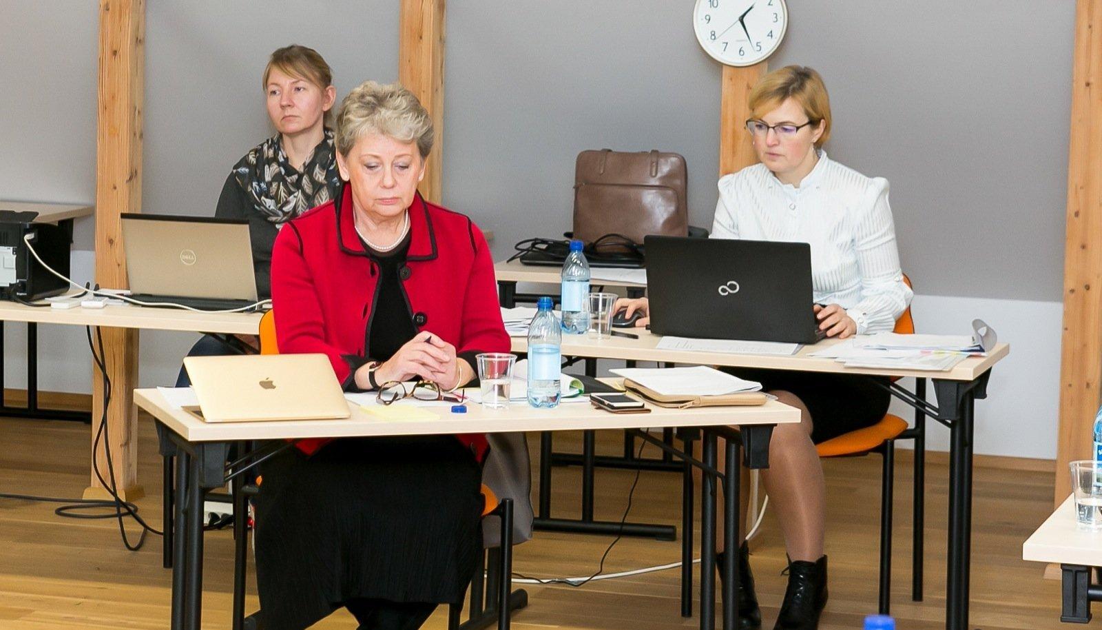 Saaremaa ühendvalla vallavolikogu esimehele Tiiu Arole (ees punases) määrati töötasuks 3800 eurot kuus.