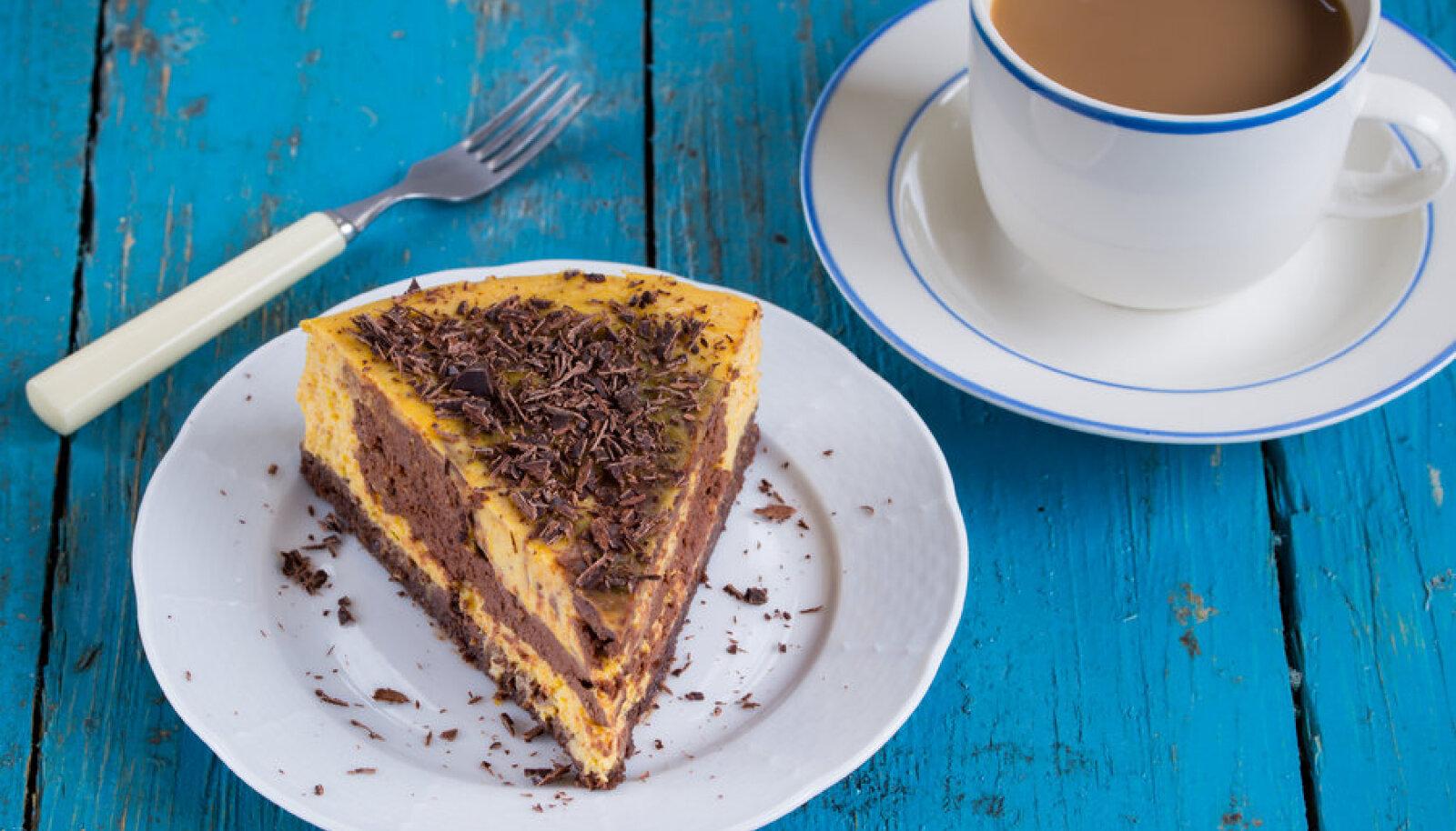 Selle koogi teeb kollaseks just meie loo peakangelane kõrvits.  Šokolaadihelbed sobivad ni värvi kui ka maitse poolest.