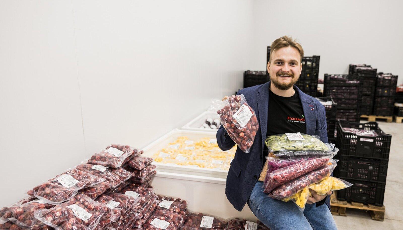 Vallo Vaherpuu hoolitseb, et Figuraata e-poes oleks lai valik külmutatud marju ja puuvilju. Külmkambris, kus pilt on tehtud, valitseb –25kraadine pakane.