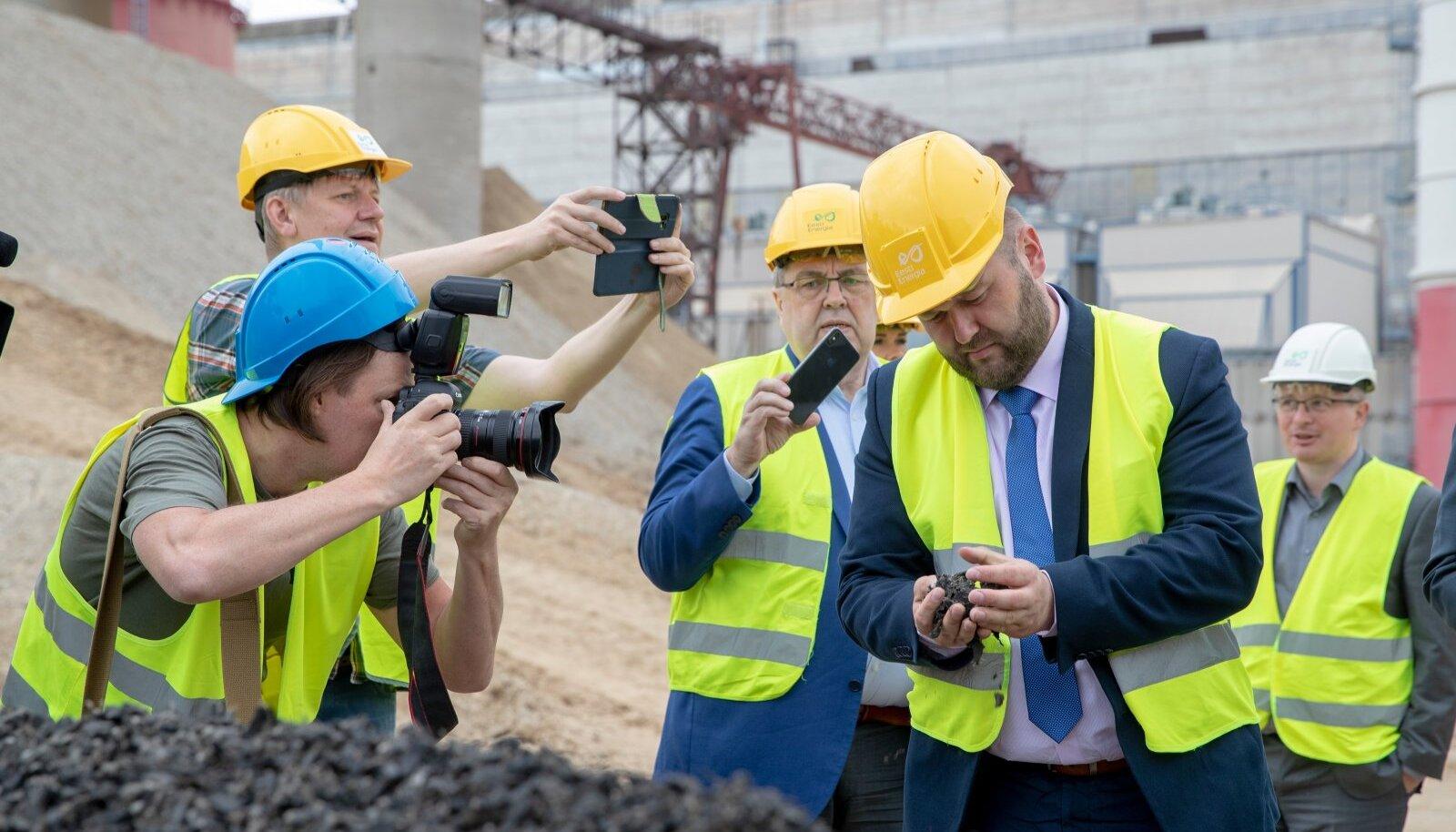 Keskkonnaminister Rene Kokk tutvumas rehvihakkest õli tootmisega Auveres