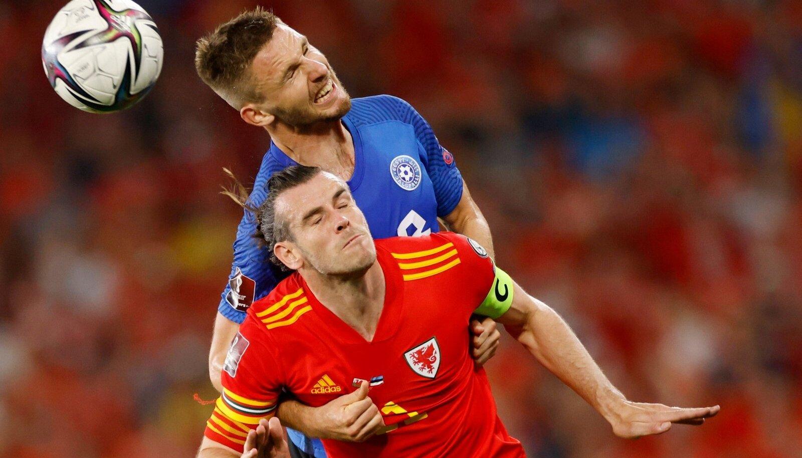 Karol Mets (sinises) andis Gareth Bale'ile vägeva lahingu.
