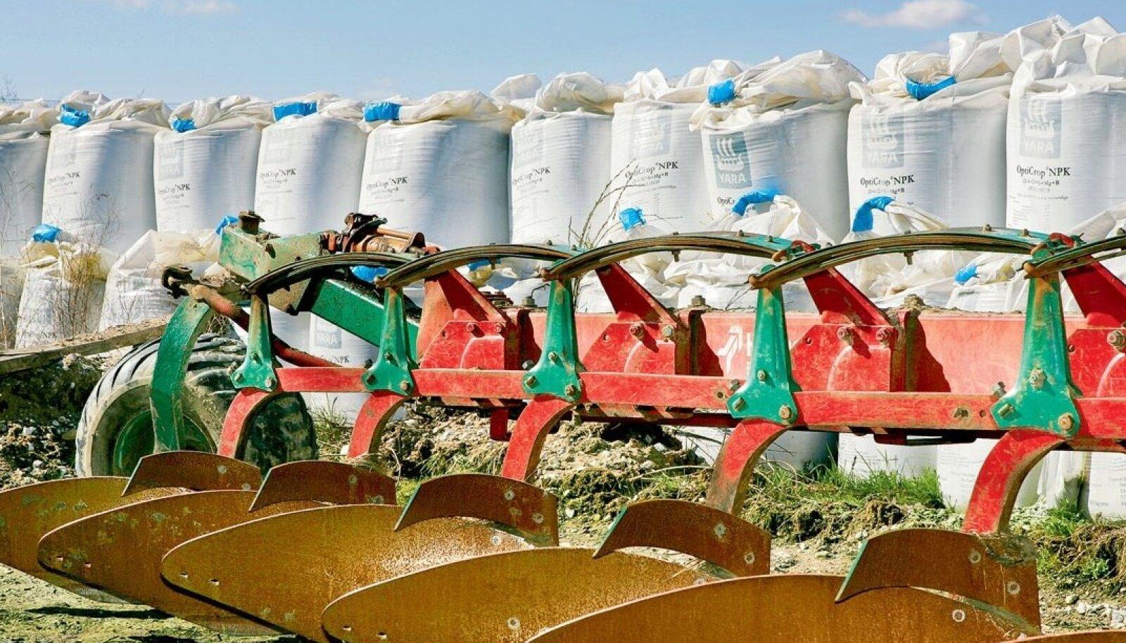 Kui suudame vähendada väetiste ja pestitsiidide kasutamist, siis väheneb nende keskkonnamõju konkreetsele põllule. Kuid kasutades vähem väetisi ja teisi aineid, toodame ka vähem toitu. See tähendab, et see toit tuleb toota mujal.