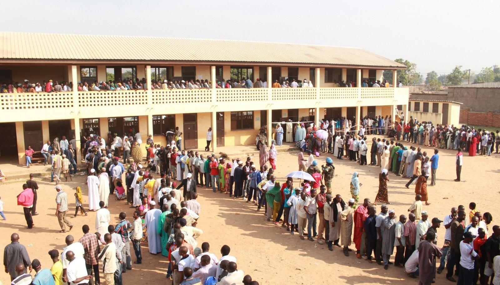 30. detsembril toimus riigis presidendi- ja parlamendi valimiste esimene voor.