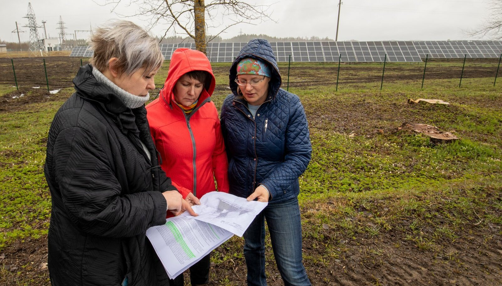 Roela päikesepark selja taga, uurisid protestijate eestvedajad, kogukonna esindajad Tiina Alavere, Aili Taal ja Ene Põllu kavandatava laienduse plaani, mis praeguseks päevakorrast maas.