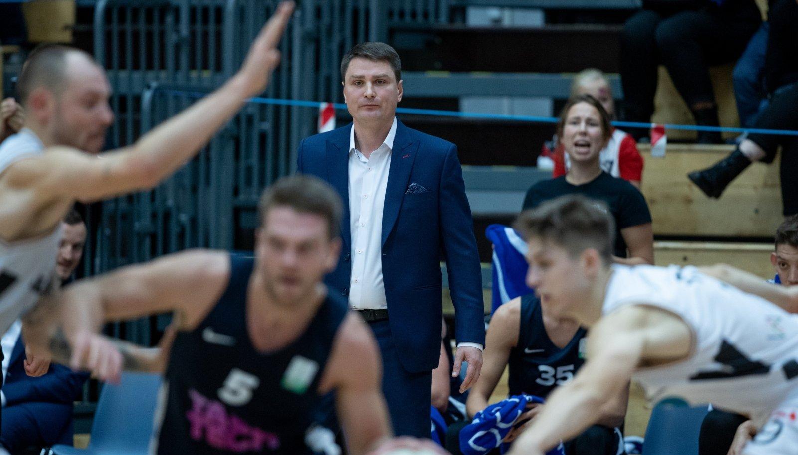 Alar Varrak (keskel) tüüris TalTechi poolfinaali.