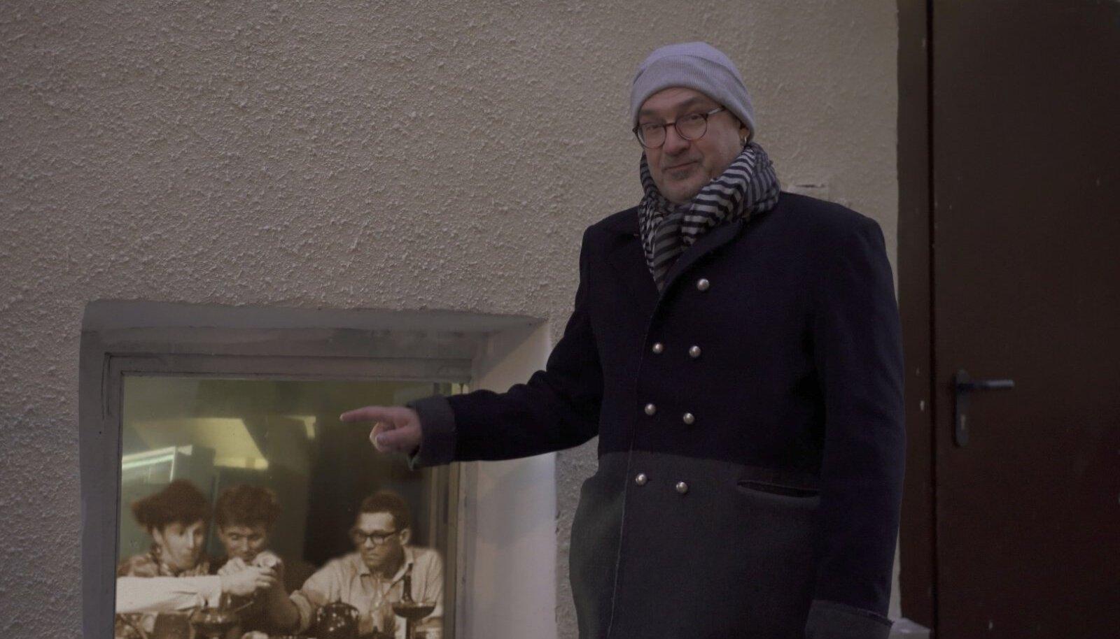 Kunstniku poeg Tenno Sooster näitab korteriakent, millest intervjuusräägib.