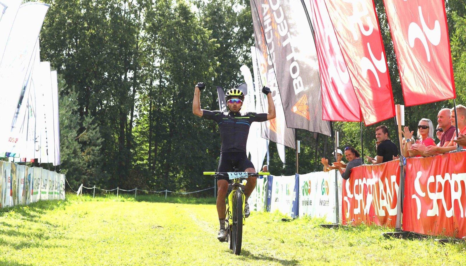 Martin Loo võitjana finišis.