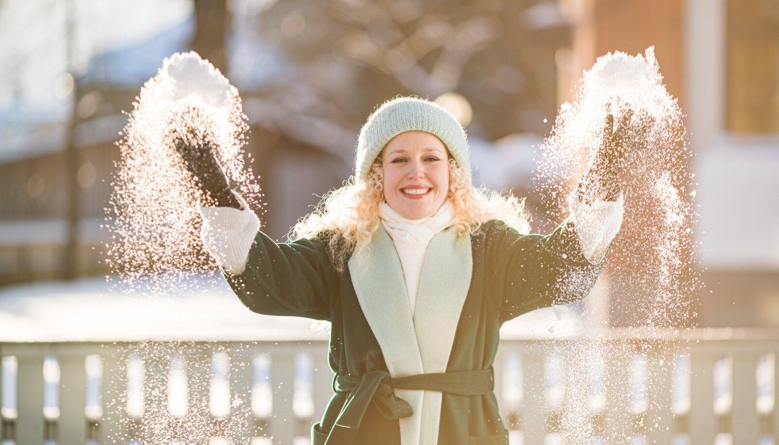 Loodusnähtused: lapselikult mängimisest rõõmu tundev Eva Talsi ja 2021. aasta talvepäikeses Tartus hiilgav lumetolm.