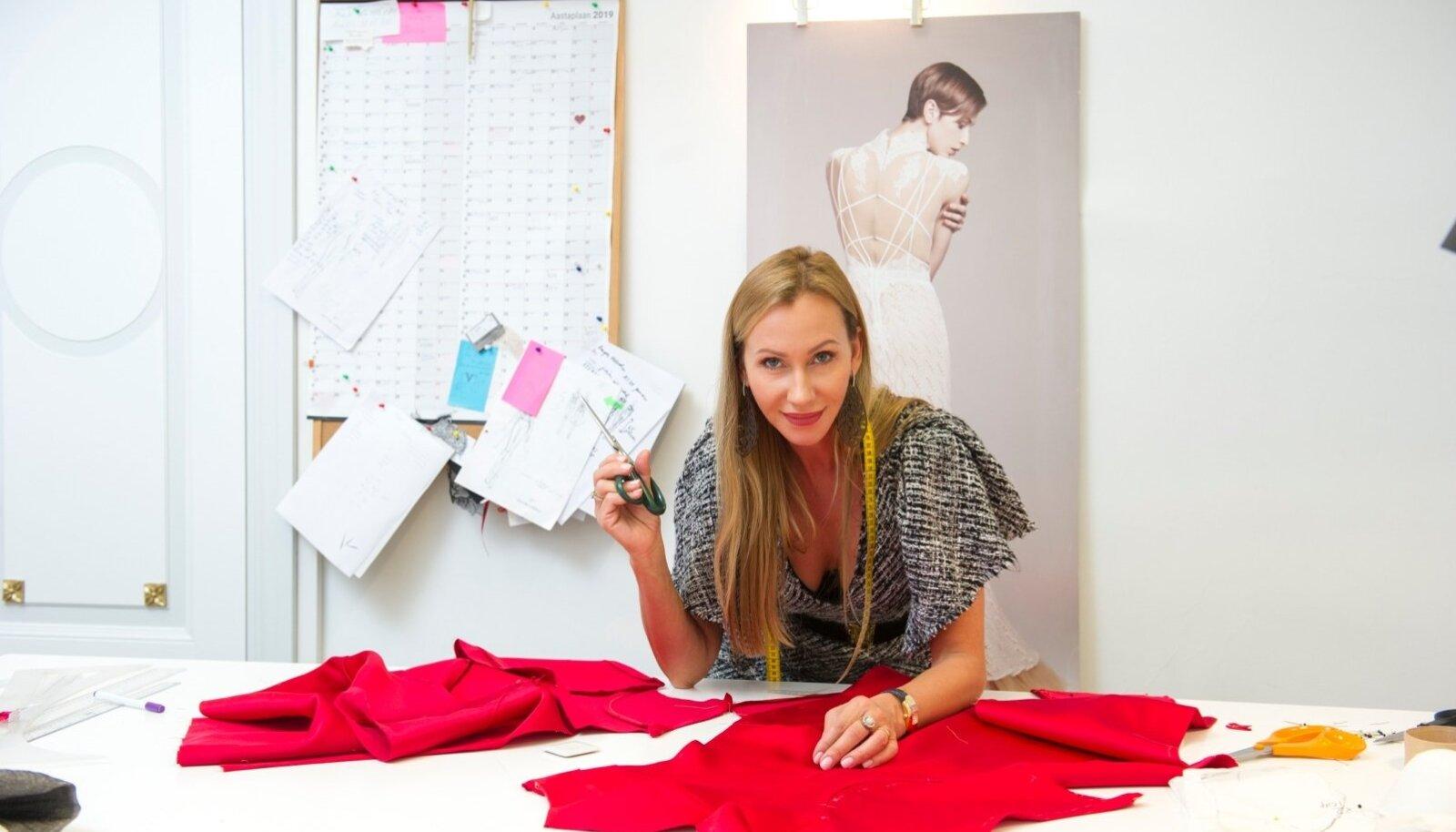 KÄÄRID PIHUS: Kristinale meeldib ateljees kohal olla, kui kleidid välja lõigatakse.