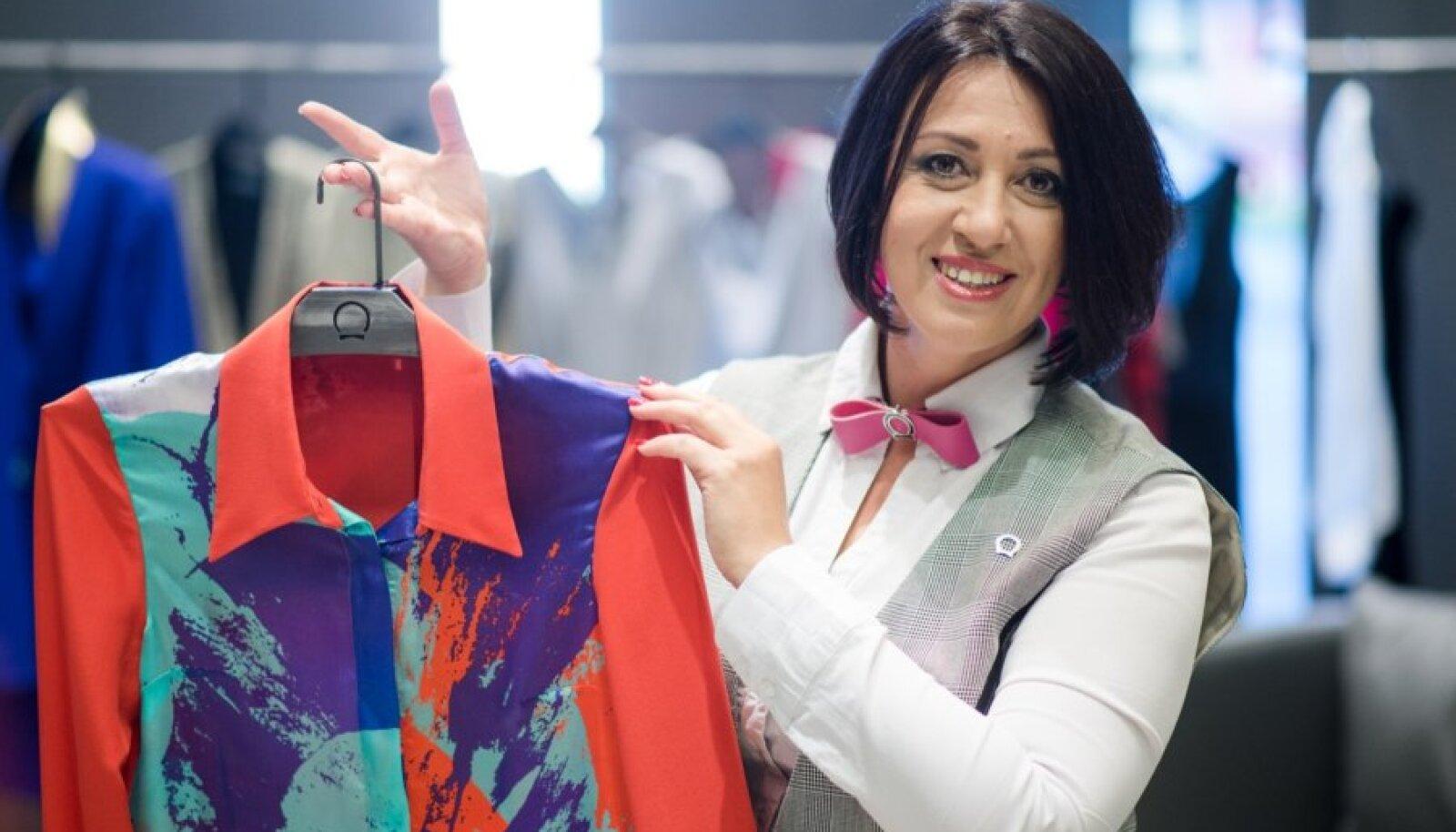 """Tööprotsessis moekunstnik: täissiidist kleit modelli seljas on viimasest kollektsioonist """"Disco""""."""