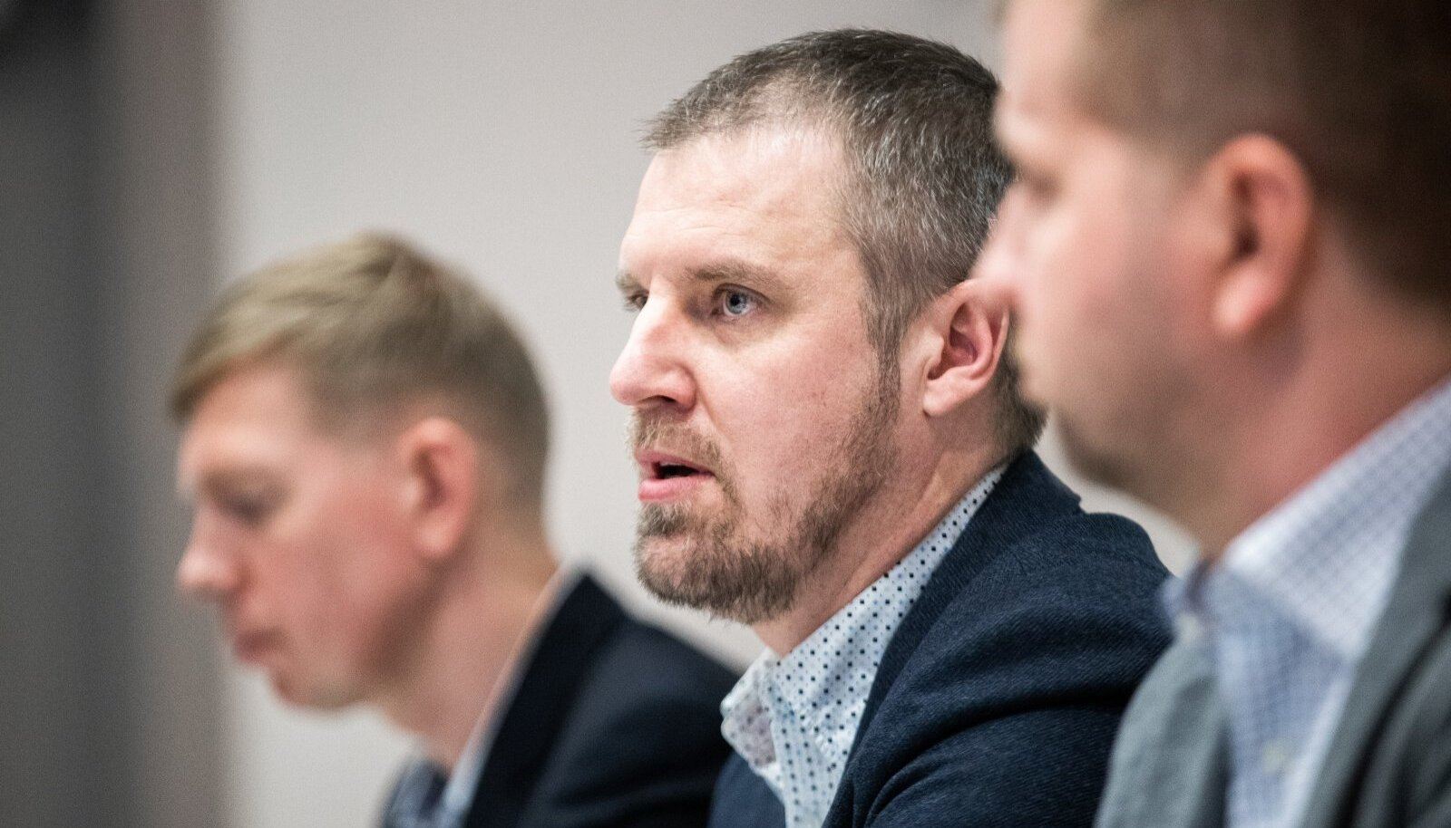 Urmo Aava (keskel) Tarmo Hõbe (vasakul) ja Silver Kütt põhjendasid pressikonverentsil, miks nad ostsustasid Rally Estonia ära jätta.