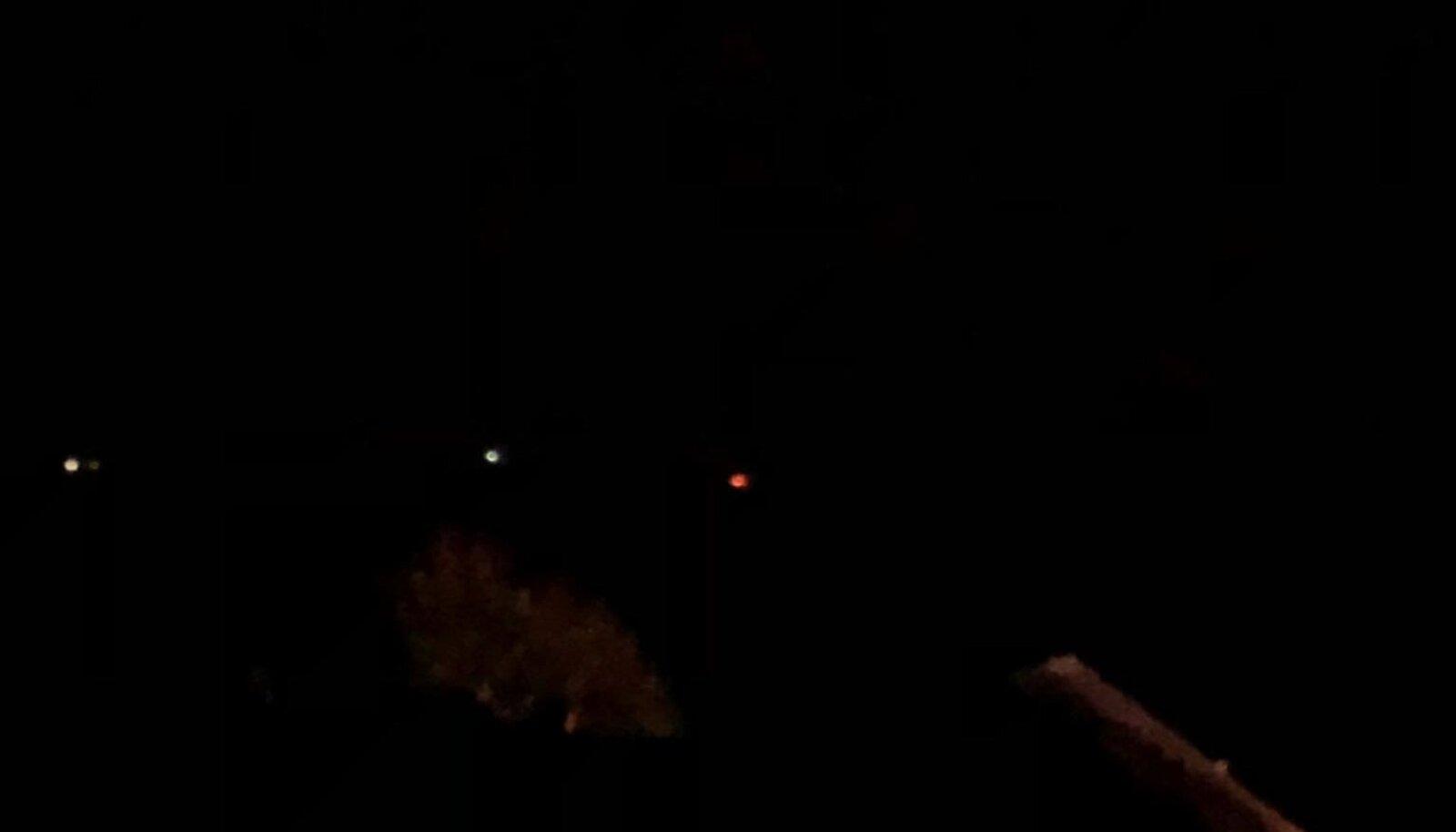 Mandrilt tehtud pilt. Kõige paremal olev punakas laik on leekides Mohni saar, valged täpid on laevad.