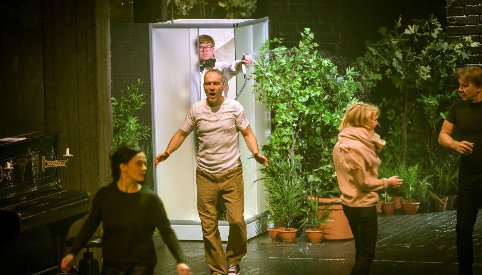 """LINNATEATRI """"KOMMUUN"""": Nagu oleks suletud Viimsi spaa lifti inimestega Viimsist, kes üritavad etelda inimestele Viimsist, mismoodi räägivad ja liiguvad hipid."""
