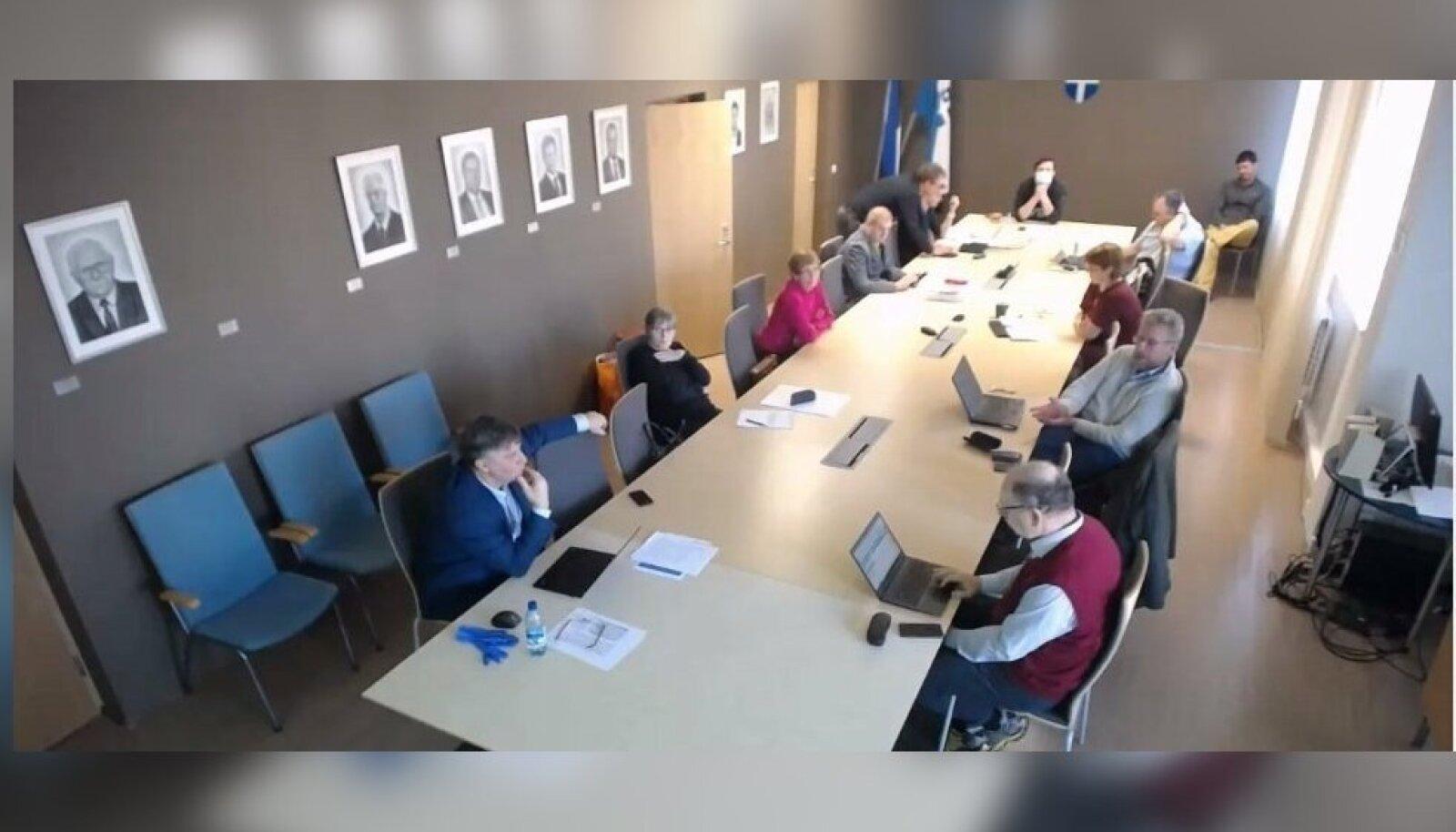 NELJAPÄEVANE ISTUNG: Taga laua otsas maskiga volikogu esimees Kalle Palling.