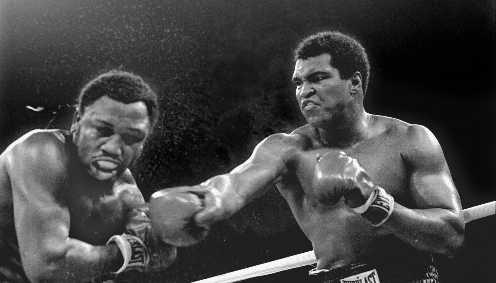Muhammad Ali (paremal) tümitab Manilas Joe Frazierit.