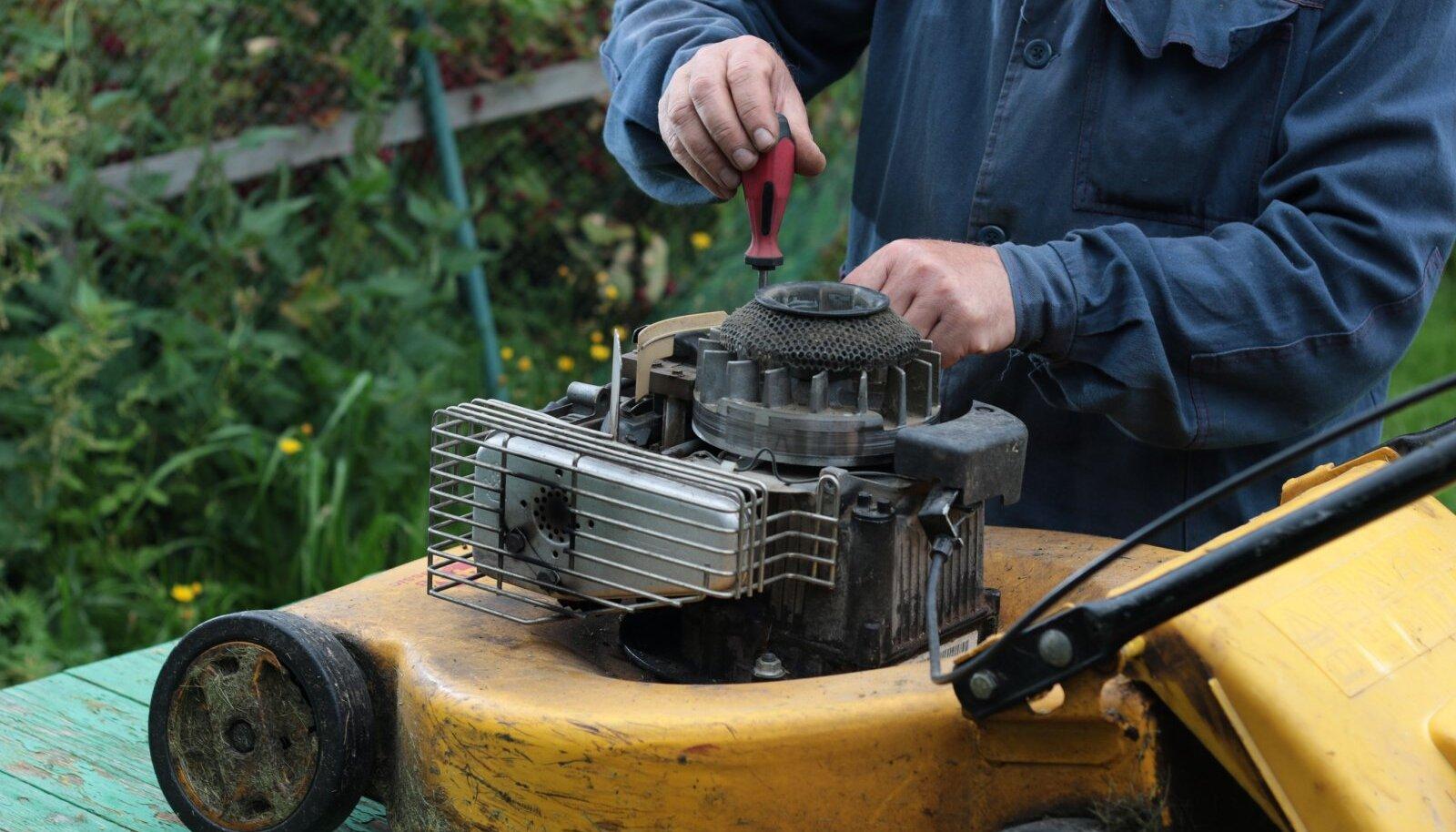 Enne talvekorterisse panekut tasub muruniiduk puhastada, kütusest tühjendada, õli vahetada ja küünlad kontrollida.
