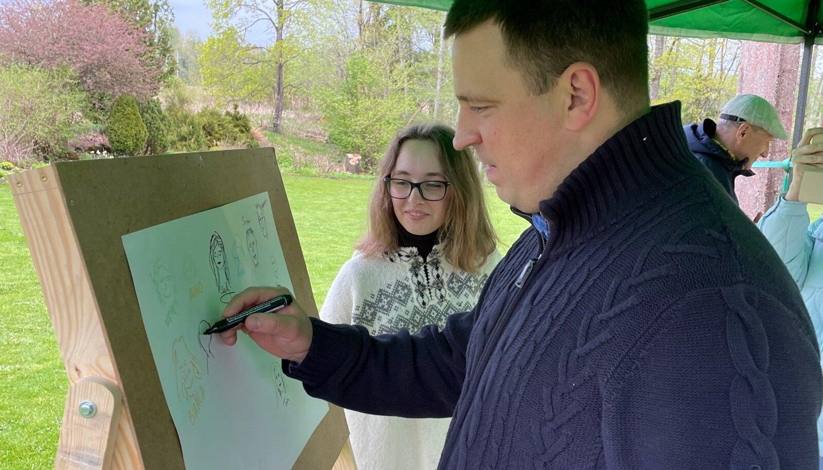 Aasta küla komisjoni esimees Jüri Ratas joonistab endast Metsküla rahva palvel pilti.