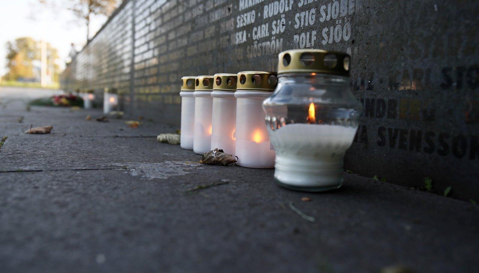 Küünlad parvlaev Estonia mälestusmärgi juures
