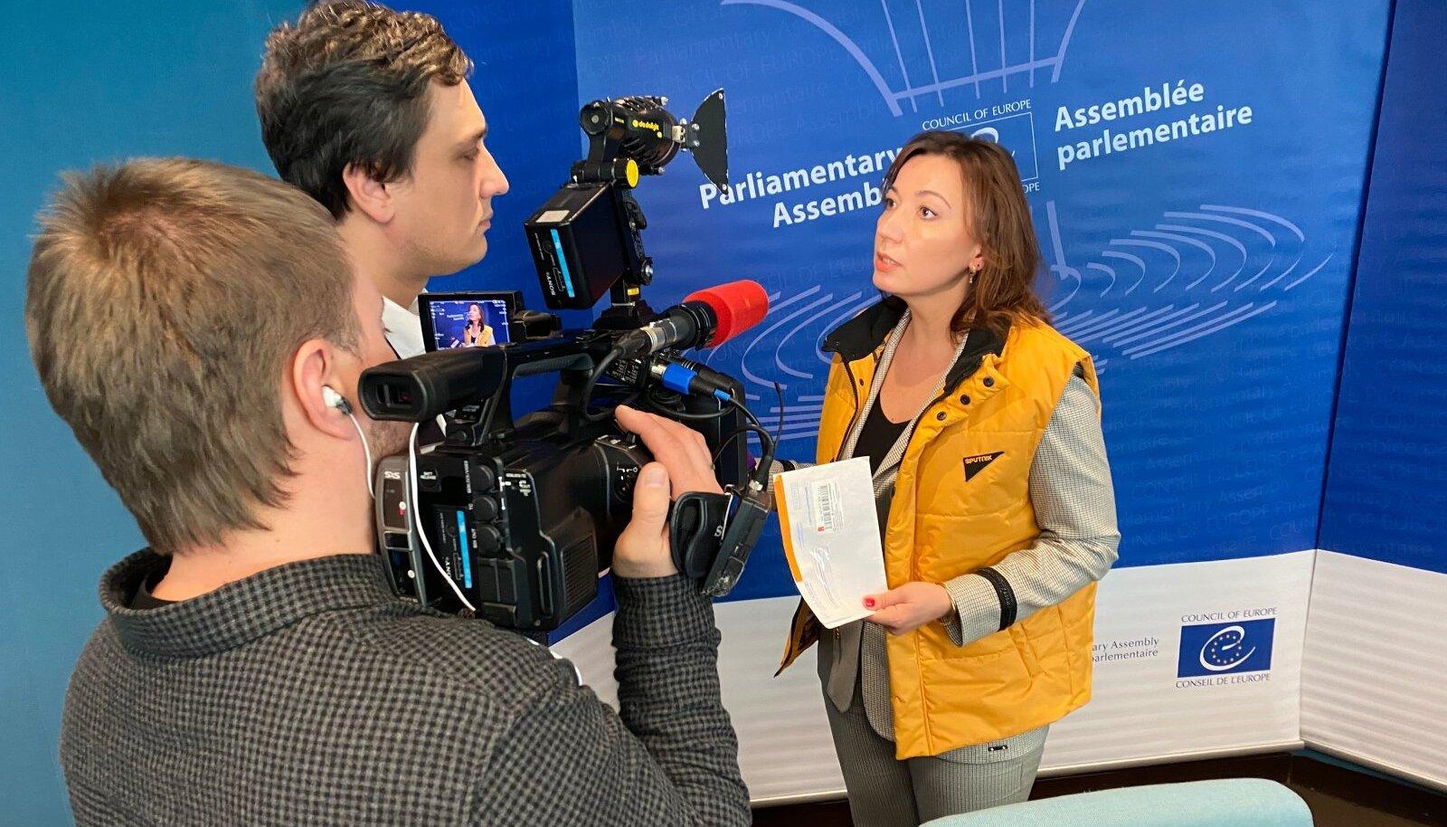 Sputnik Eesti juht Jelena Tšerõševa näitab kaameratele politsei kirja, mis olevat viinud Vene infokanali sulgemiseni Tallinnas