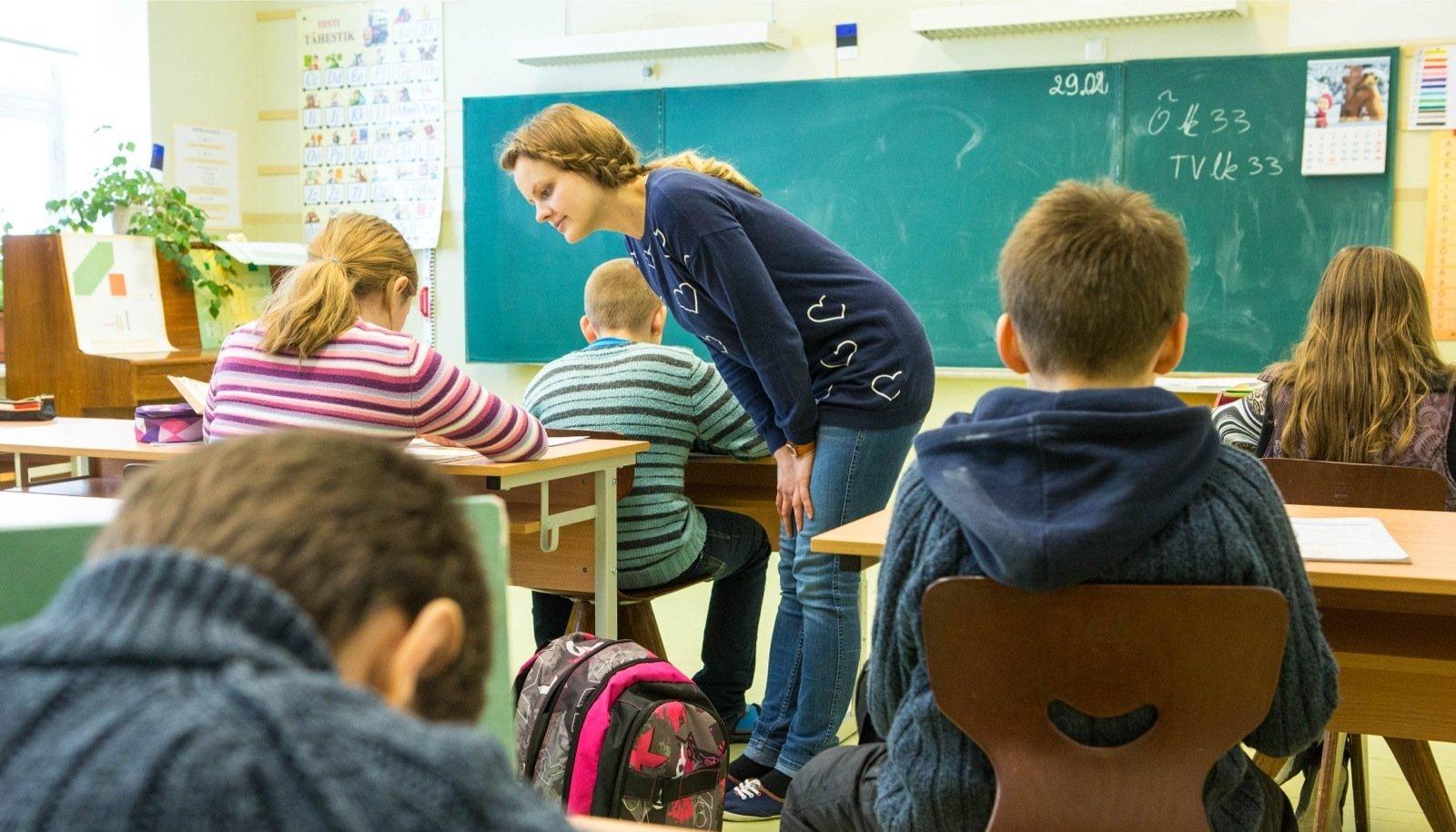 Pildil on kolmanda klassi matemaatikatund õpetaja Kristiine Adamsoniga. Klassis on kaks poissi, kellele eesti keel on kolmas keel.