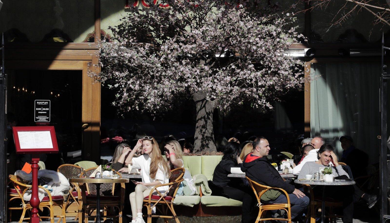 Möödunud nädala päiksepaisteline ilm meelitas moskvalased välikohvikutesse.