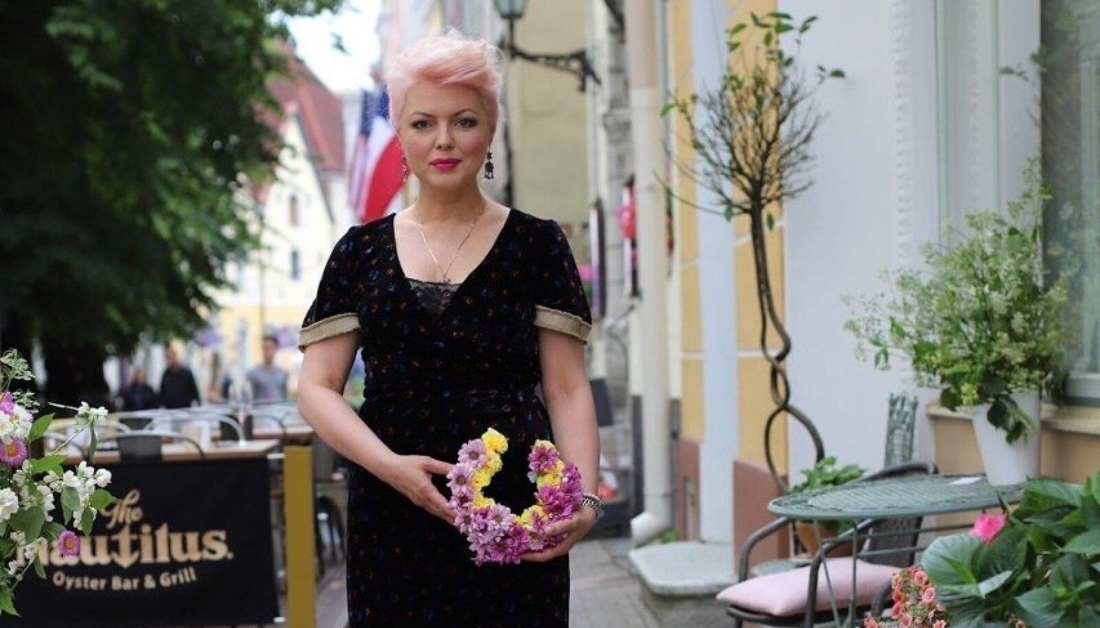 TÄNASES PÄEVAS Beatrice ütleb, et armastab riietusega jätkuvalt eksperimenteerida. Ta värvib juukseid päris sageli - praegu on ta roosade juustega. Fotol oma Tallinna vanalinnas asuva baari Mull ees.