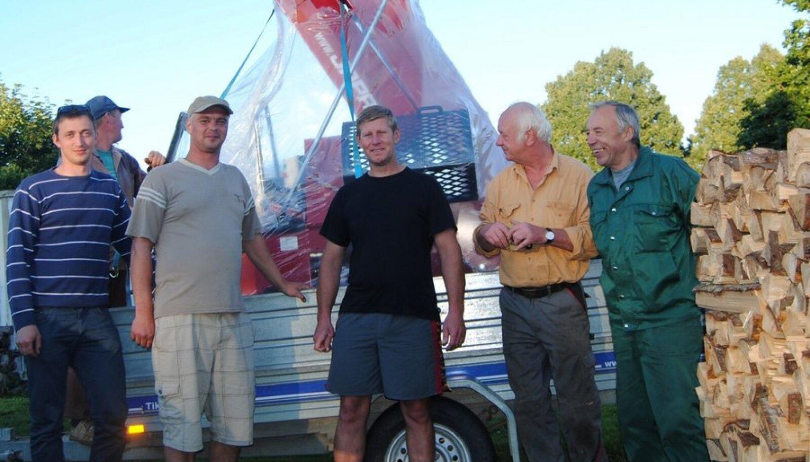 """Mehed koos oma """"imemasinaga"""". Foto: Melissa Sarv"""