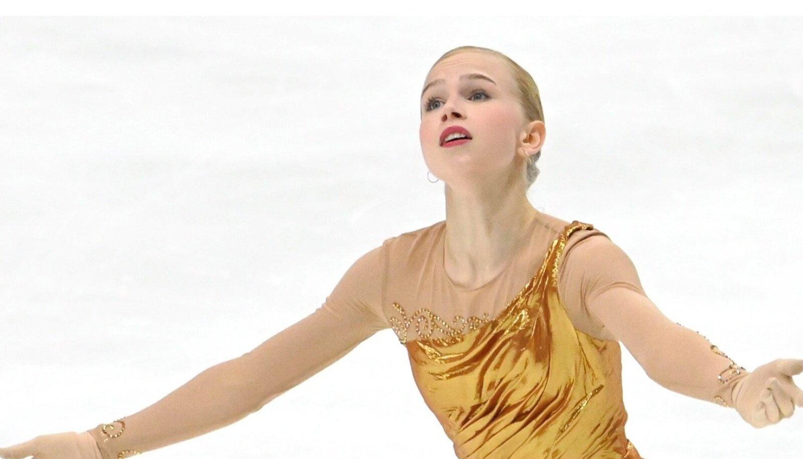 Eva-Lotta Kiibus sõidab tänavust uut kava uues kuldses kleidis.