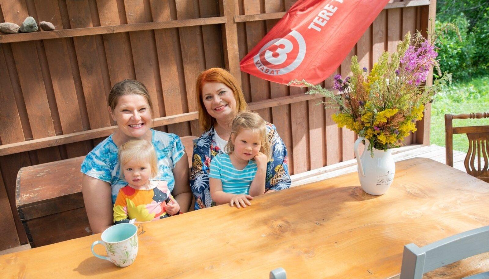 KÕIK MAHUVAD ÄRA Sirje Eesmaa tütar Ulrika ja tütretütarde Loviisi ja Rosanniga. Suure laua ümber mahub kenasti lisaks ka poeg Richardi neljaliikmeline pere.