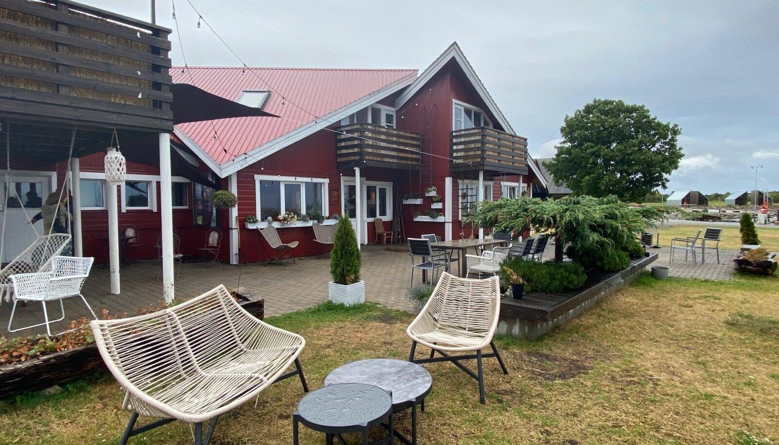 Orjaku sadama rootsipunases majas saab hästi süüa ja vajaduse korral ka ööbida.