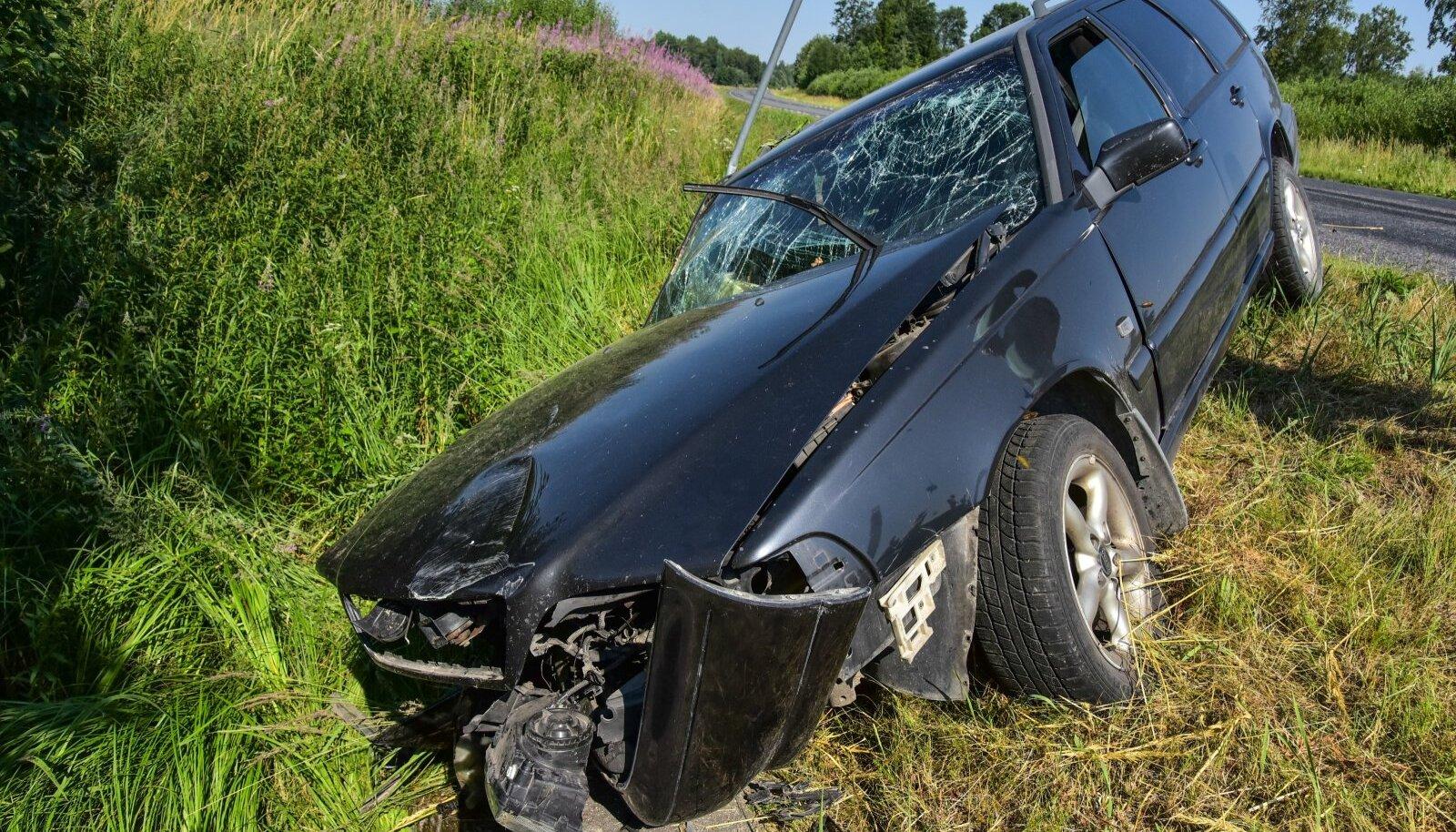 Viljandimaal sõitis Volvo kraavi