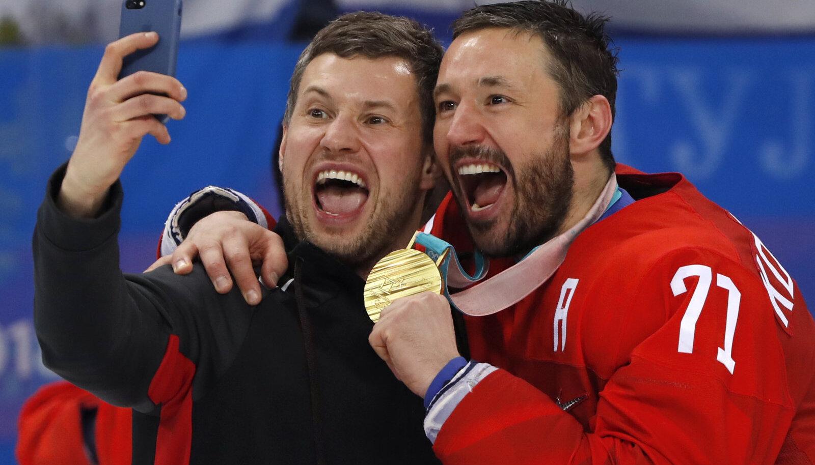 Jäähokitäht Ilja Kovaltšuk (paremal) tähistamas 2018. aasta olümpiamängude kuldmedalit.