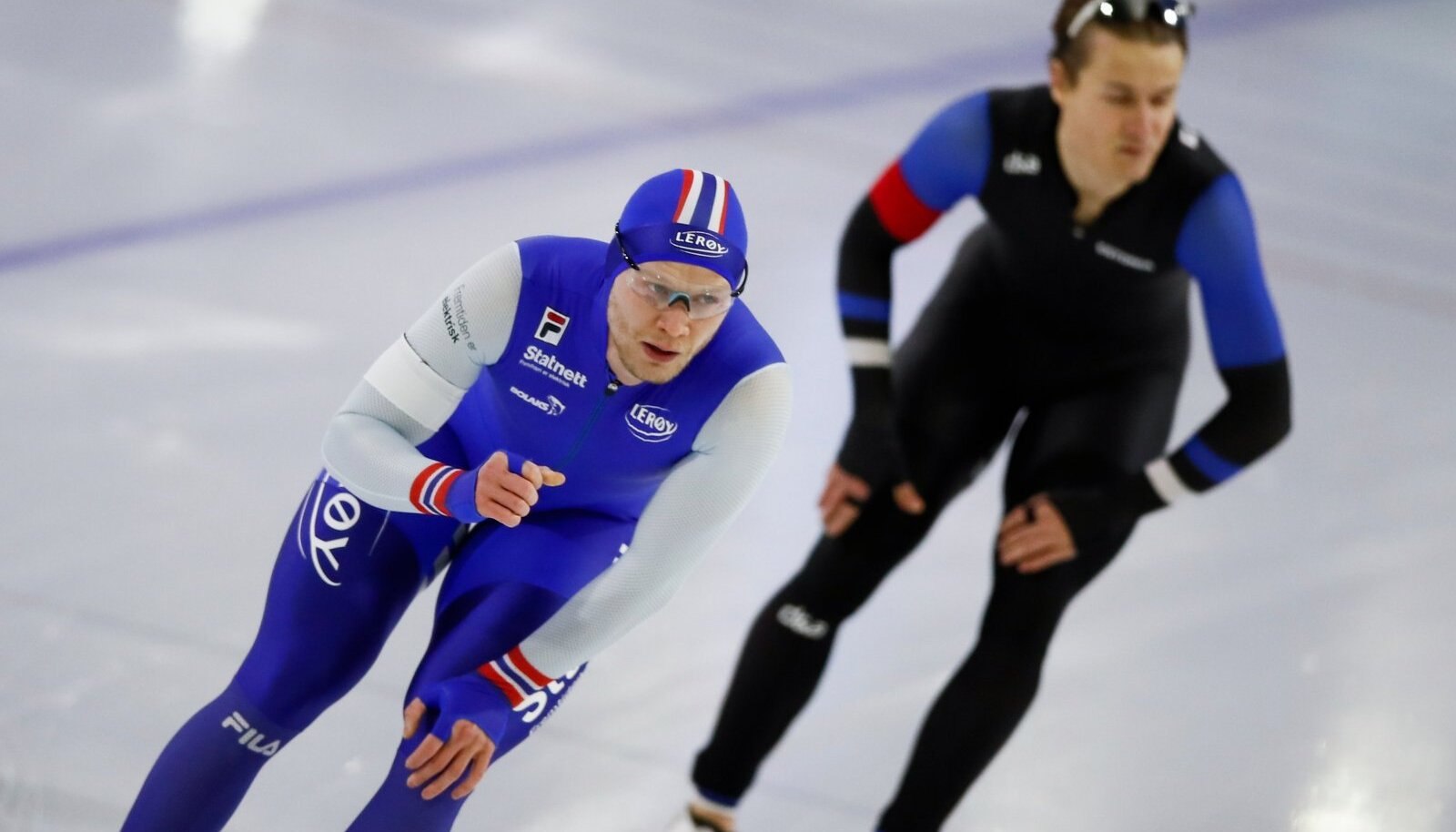 Marten Liiv (paremal) Heerenveeni MM-i 1000 m distantsi finišis koos norralase Havard Holmefjord Lorentzeniga.