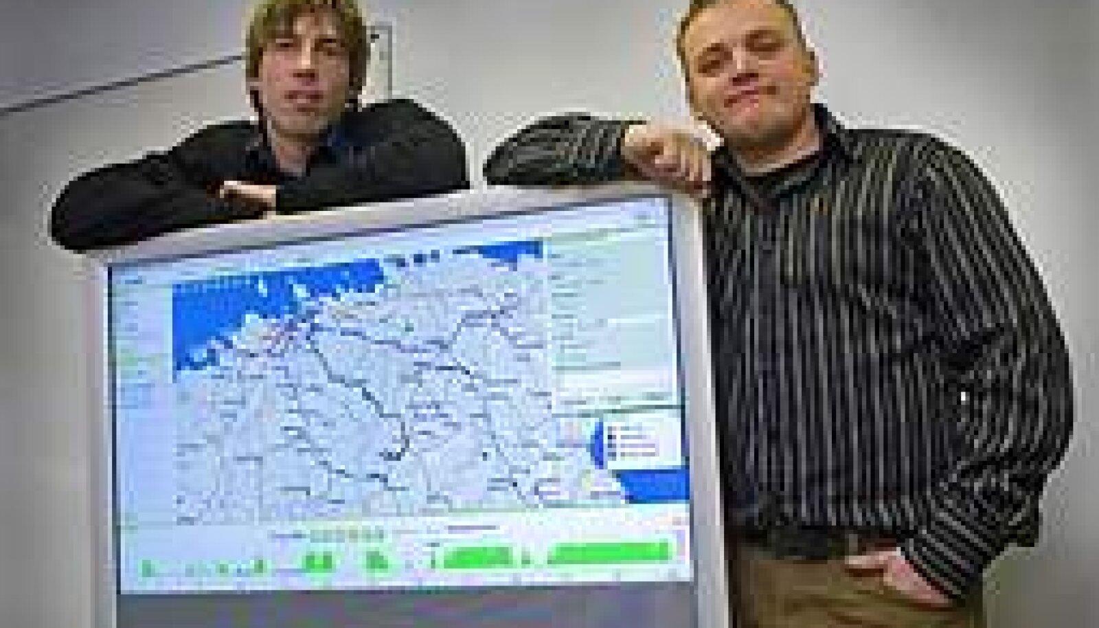JÄLITAJA PEREMEHED: Navireci turundusjuht Silver Laus (vasakul) ja juht Reigo Rusing müüvad tarkvara, mille abil saab ettevõtte juht hetkega teada müügimeeste asukoha. Vallo Kruuser
