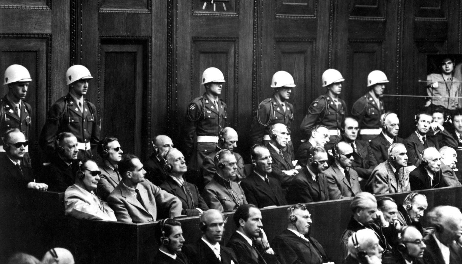 TIPPNATSIDE LÕPPJAAM: Nürnbergi protsess, süüpingi esimeses reas vasakult kuues Alfred Rosenberg.