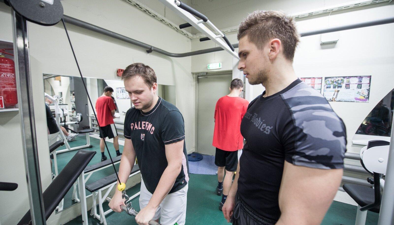 Ärilehe ajakirjanik Tanel saarmann teeb Reval Spordi jõuassalis trenni