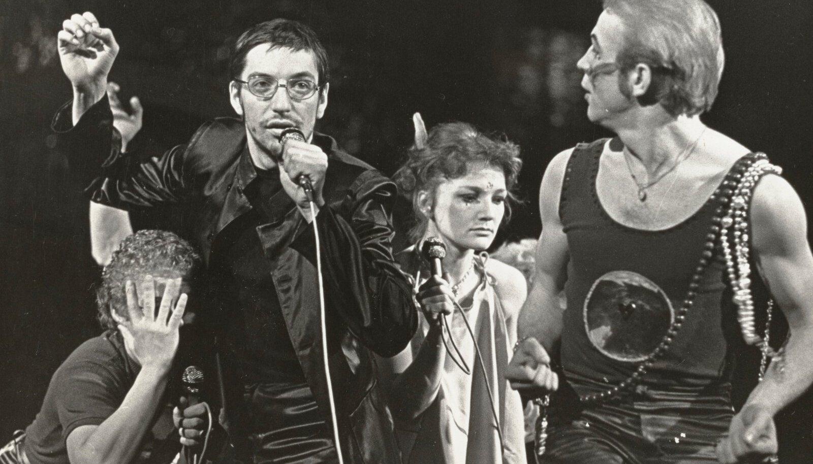 """Rokkooper """"Johnny"""" noorsooteatri laval 40 aastat tagasi: Lauri Nebel, Peeter Volkonski, Maret Mursa ja Paul Laasik."""