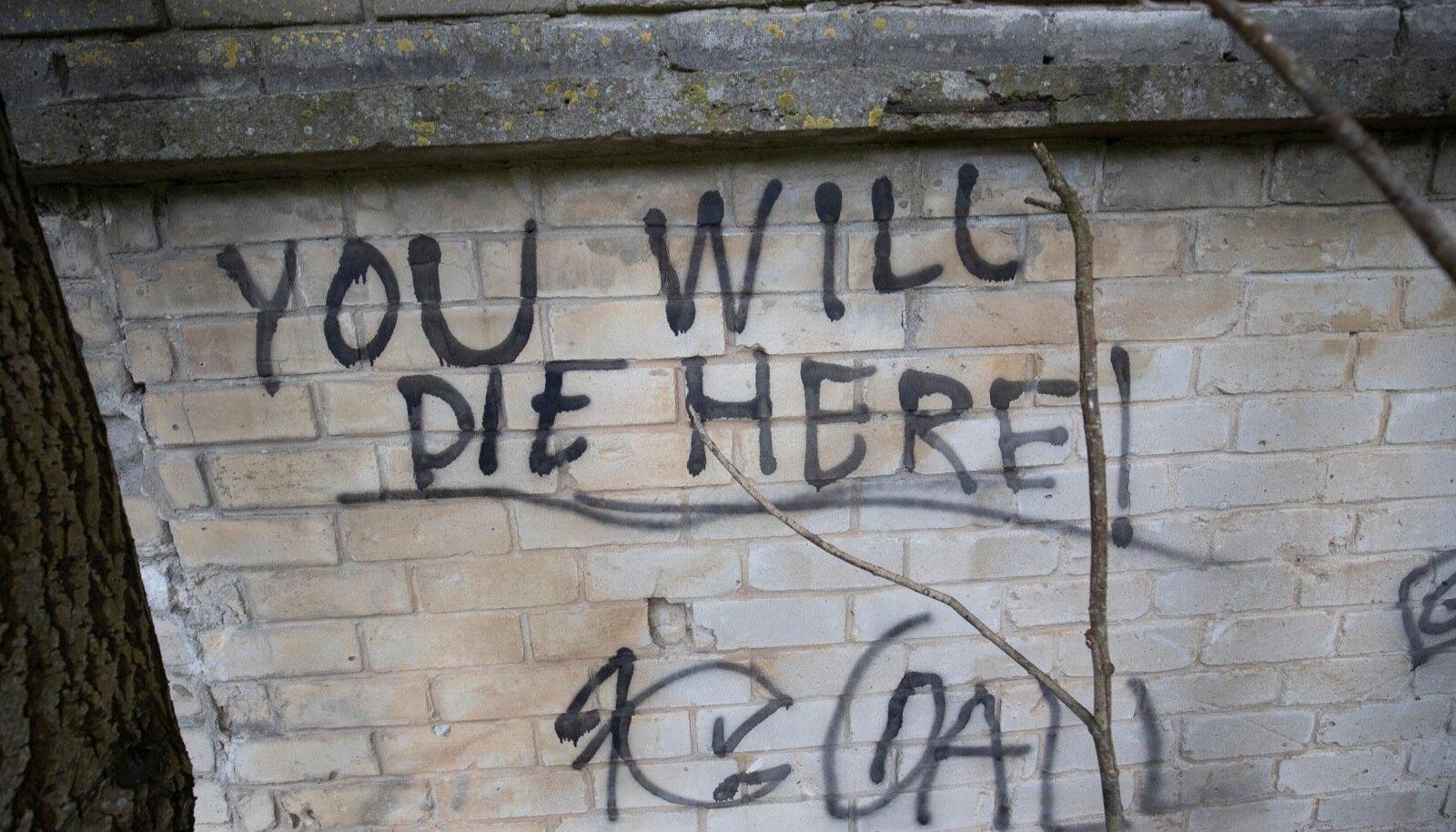 """""""Sa sured siin!"""" on kirjutatud seinale, mille ees sai saatuslikuks osutunud hoobid 13-aastane Pärnu poiss."""