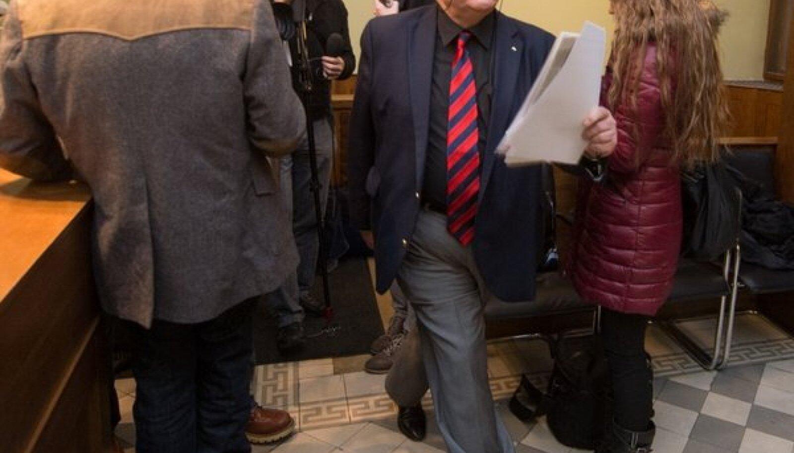 Minister Lang lahkus kohtumiselt loomeliitudega kiirustades, intervjuusid jäi andma kohtumisel umbusaldust avaldanud loomeliite esindanud kirjanike liidu juht Karl-Martin Sinijärv.