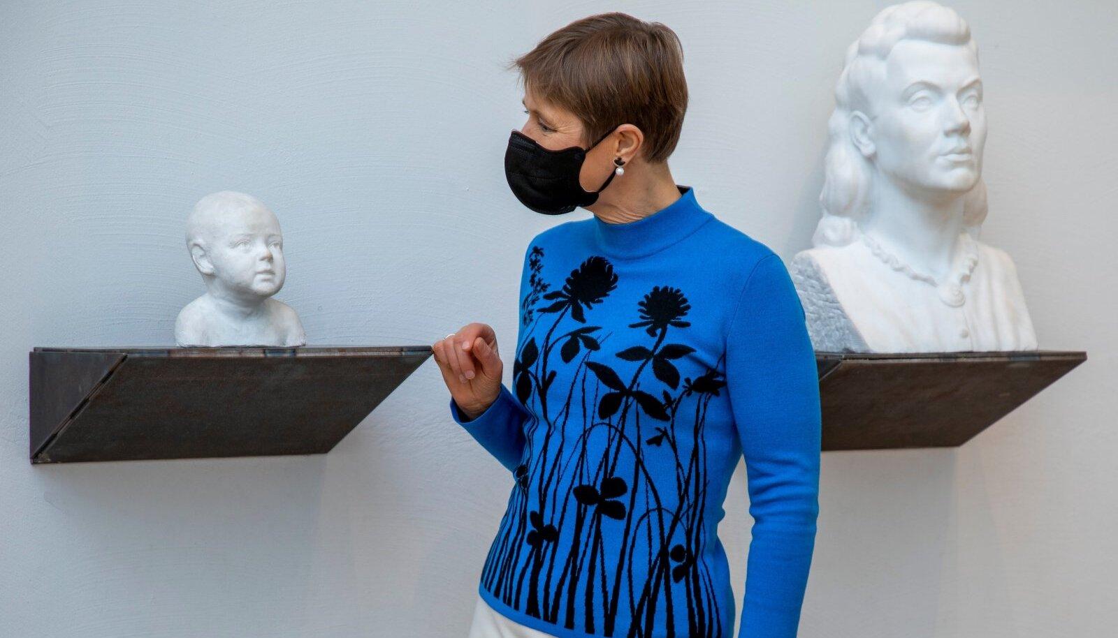 """President Kersti Kaljulaid valib eri aegade portreeskulptuuride hulgast välja just selle, lapse pea. Ta näeb selles tuleviku märki. Ütleb midagi sellest, et neile peame me mõtlema! Villu Jaanisoo installatsioon """"Kajakas"""" Eesti Kunstimuuseumis."""
