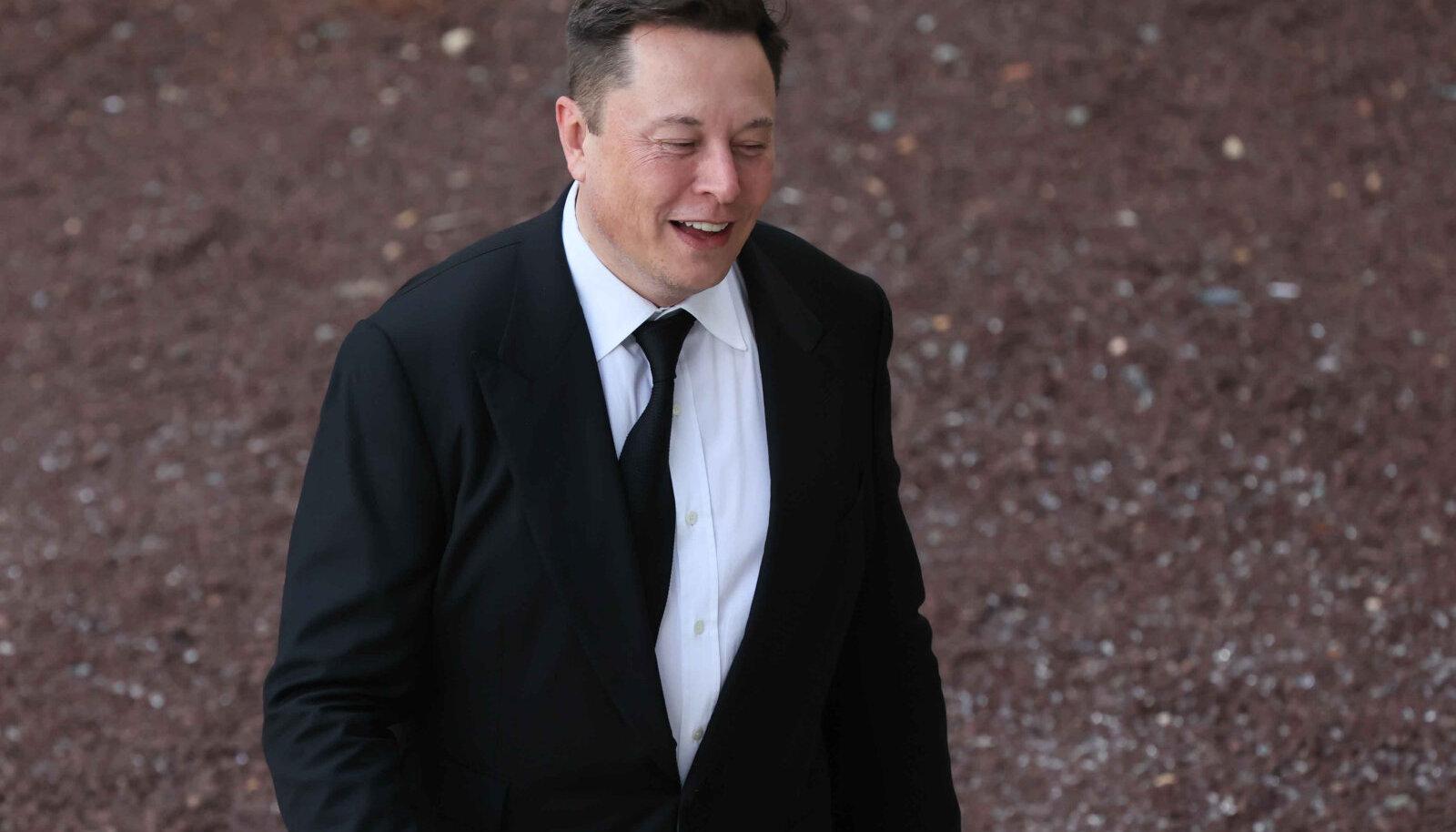 Tesla asutaja Elon Musk lahkumas New Castle'i maakonna kohtumajast Wilmingtonis pärast tunnistuste andmist kantseleikohtus