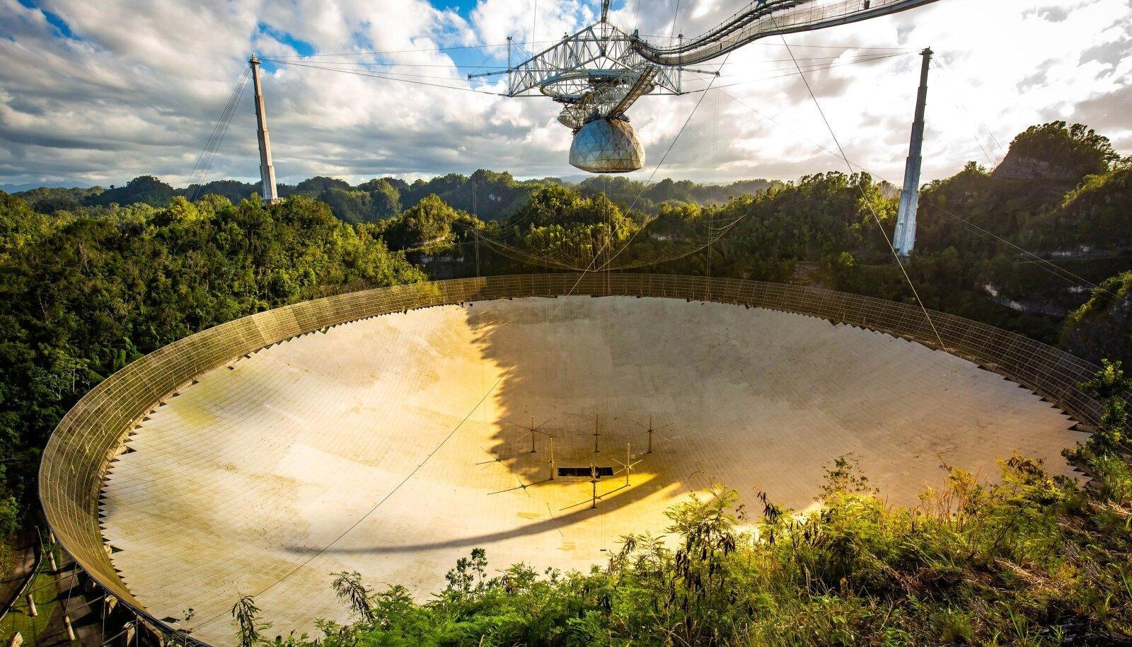 Mägedevahelisse karstilohku on paigutatud liikumatu 305meetrise läbimõõduga peapeegel, mille kohal, 150 meetri kõrgusel liigub 900 tonni kaaluv platvorm sekundaarpeegli ja kiirguse vastuvõtjatega.