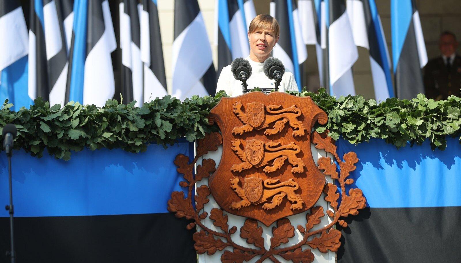 President Kersti Kaljulaid võidupüha paraadil kõnepuldis.